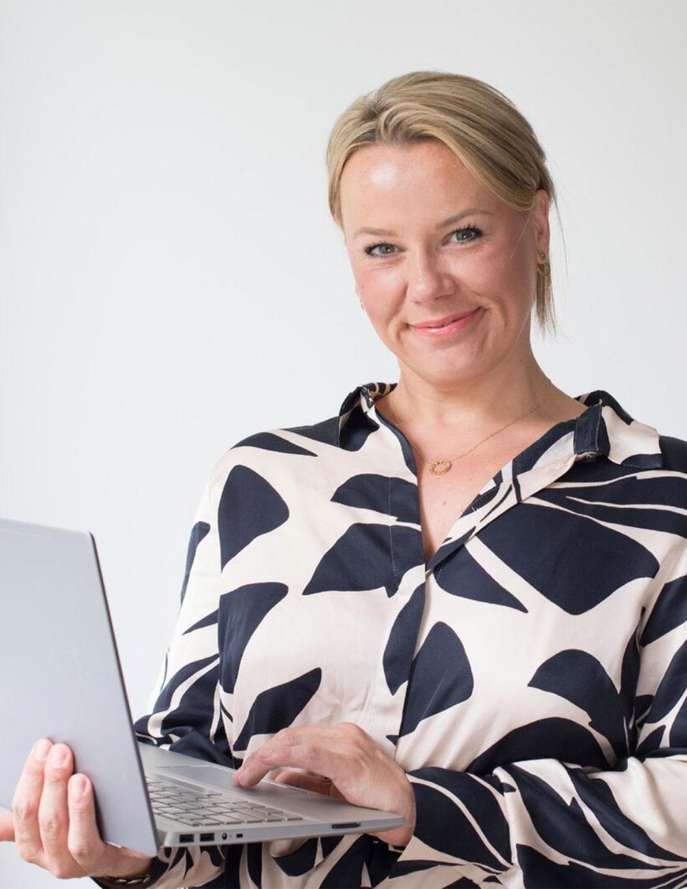 Sara Hennemann - staatlich geprüfte Kosmetikerin im Bereich medizinische Kosmetik gibt Trainings